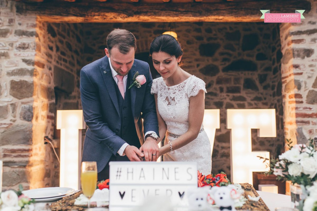 bride and groom cutting the cake wedding in italy