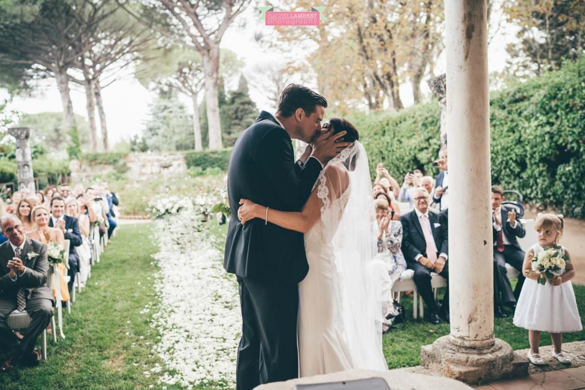 villa cimbrone ravello amalfi wedding photos bride and groom first kiss